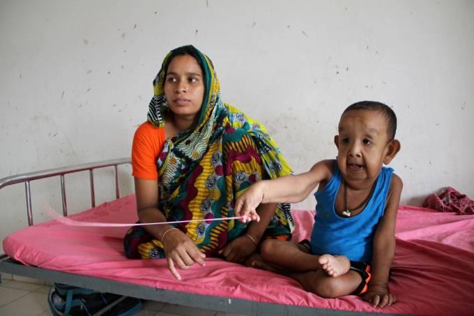 O garotinho Bayezid Shikdar, ao lado da mãe