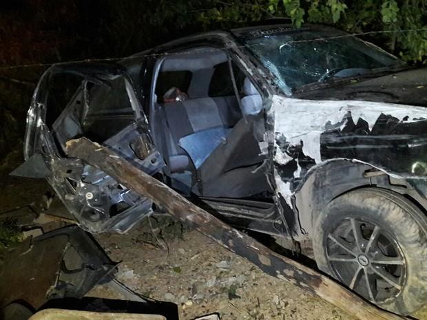 Carro apresentou problema mecânico e motorista perdeu o controle da direção (Foto: Polícia Militar / Divulgação )