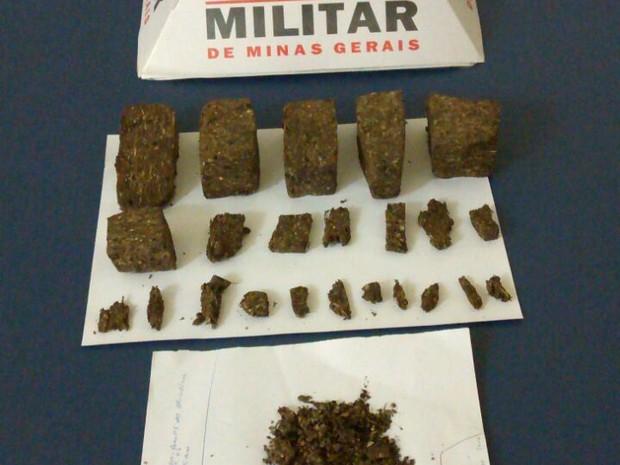 PM apreendeu seis tabletes de maconha e 17 porções da mesma droga (Foto: Divulgação/PM)