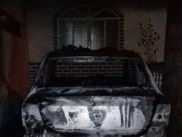 Carro foi incendiado dentro de garagem em Belo Oriente (Foto: Suedymara Carvalho/Arquivo Pessoal)