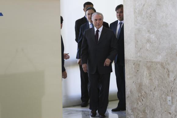 O presidente Michel Temer ao Palácio do Planalto onde ratificou a adesão do Brasil ao Acordo de Paris, documento assinado pelos 195 países da Convenção-Quadro das Nações Unidas sobre Mudança do Clima Antonio Cruz/ Agência Brasil