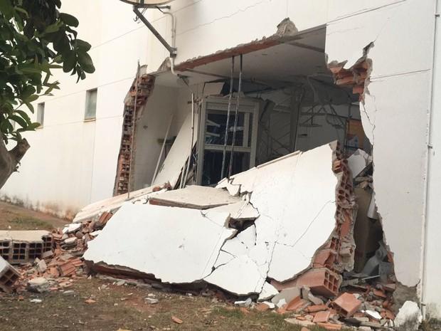 Criminosos explodiram uma parede lateral do banco (Foto: Estéfane Henriques Freire/ Arquivo pessoal)
