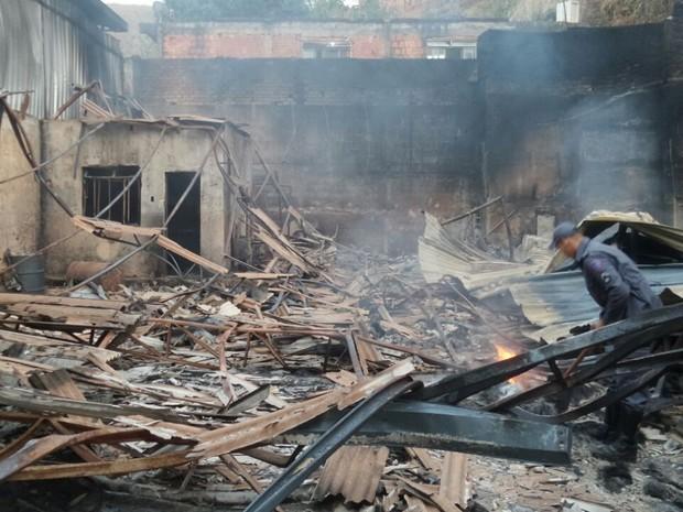 Incêndio destruiu galpão de uma empresa (Foto: Corpo de Bombeiros/ Divulgação)