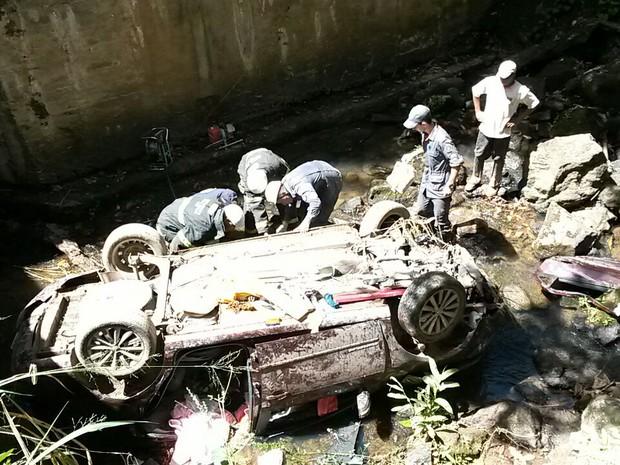 Motorista dorme ao volante e carro cai em riacho Às margens da BR-116, em Teófilo Otoni (Foto: Nasser/Arquivo Pessoal)