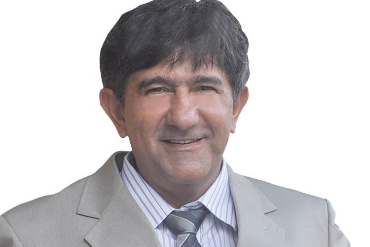 """Vereador Assis (PRP). 862 votos O servidor público FRANCISCO DE ASSIS CARVALHO é tão dedicado ao seu trabalho que acabou sendo rotulado pelos amigos como """"Assis da Prefeitura"""". Mas, o que era para ser apenas um rótulo pejorativo, acabou se tornando um nome comum, com o qual todos o tratam, e com o qual foi eleito vereador em 2012 pelo PRP. Neste ano, em função dos muitos embates que teve com a Administração do prefeito Getúlio Neiva, preferiu usar o nome de Vereador Assis. Acaba de ser eleito para o seu 2º mandato com forte apelo junto aos servidores públicos. Patrimônio declarado: R$ 89.500,00."""