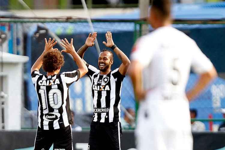 Bruno Silva abriu o placar para o Botafogo em lance que iniciou muitas reclamações do Atlético