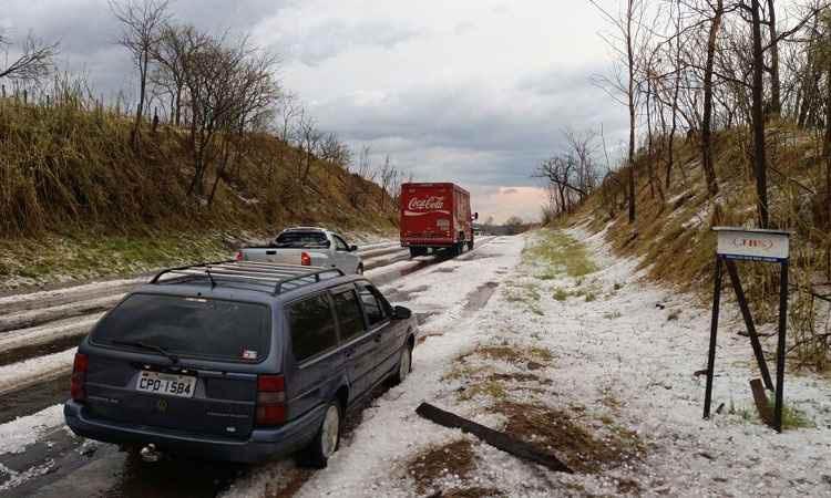 Em Pratápolis, o granizo tomou conta da paisagem e provocou danos (foto: Prefeitura de Pratápolis/Divulgação)