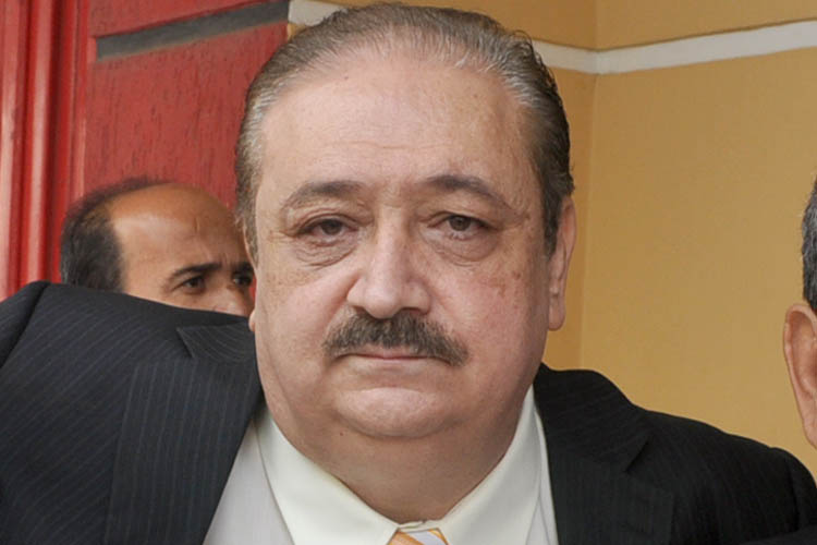 Dr. Samir Sagih El Aouar (PP). 1.696 votos O médico Dr. SAMIR SAGIH EL AOUAR é o tipo de homem que, conforme concordam os familiares e amigos, nasceu para servir. Descendente de imigrantes libaneses, sua família sempre o incentivou para o mundo dos negócios, mas ele foi enfático em afirmar que queria ser médico porque gostava de ajudar as pessoas. Assim, especializou-se em Cirurgia e Obstetrícia e sempre dedicou parte do seu tempo para atender gratuitamente às pessoas mais humildes. Como empreendedor, fundou o Hospital Vera Cruz e também foi convidado a dirigir o Centro Regional de Saúde, onde ficou evidente o seu talento para a gestão pública. Foi então que, em 1992, recebeu um convite para se candidatar a prefeito, desafio este que foi aceito e levado adiante com sucesso. Em função de problemas de saúde de familiares, depois da sua gestão à frente da Prefeitura o Dr. SAMIR afastou-se da vida pública, continuando apenas a praticar a Medicina. Em 2012, porém, atendendo ao pedido do povo que o queria de volta à política, candidatou-se a vereador e foi eleito com uma expressiva votação. Seu mandato tem sido marcado por apelos constantes por uma administração que coloque o interesse do povo como principal razão da existência das instituições políticas. Patrimônio declarado: R$ 185.779,98.