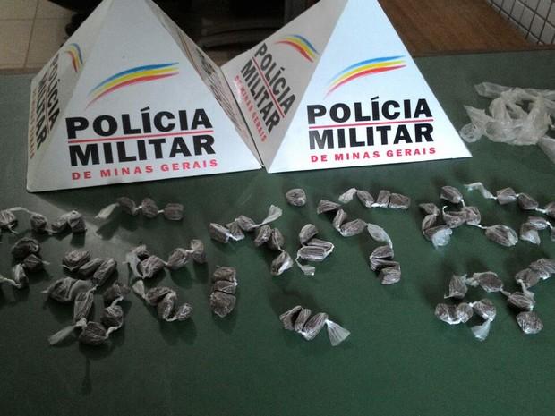 Foram apreendidas 79 buchas de maconha na casa do jovem (Foto: Divulgação/Polícia Militar)