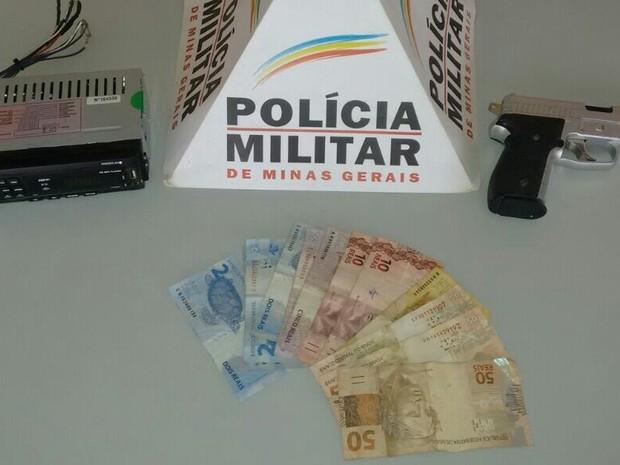 Materiais roubado do caminhoneiro em Padre Paraiso (Foto: Polícia Militar/Divulgação)
