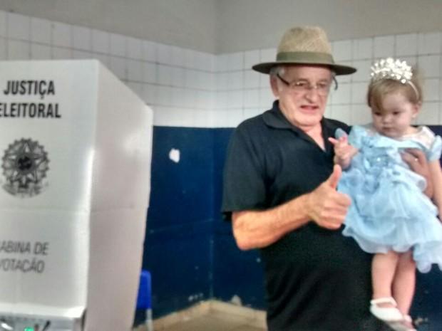 Candidato a prefeito de Ipatinga, Sebastião Quintão (PMDB), votou com a filha no colo (Foto: Patrícia Belo/ G1)