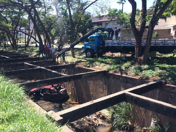 Carro caiu dentro de um canal em Ipatinga (Foto: Geraldo Irineu / Intertv dos Vales)