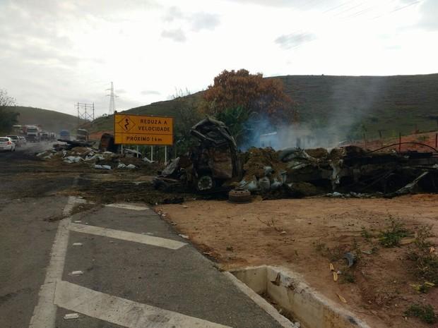 Acidente envolveu quatro carretas e um caminhão (Foto: Samara Barra/Inter TV dos Vales)