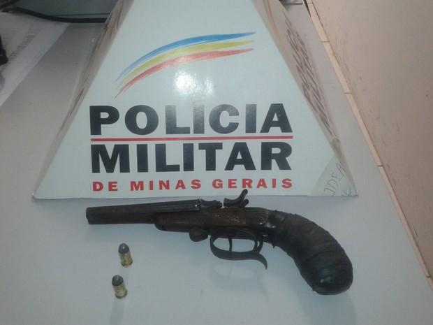 PM apreendeu arma e munições (Foto: Polícia Militar / Divulgação )