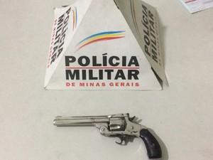 Revólver apreendido com adolescente em Ipatinga (Foto: Polícia Militar/Divulgação)
