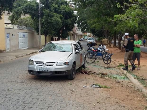 Carro capotou duas vezes e motorista ficou ferida (Foto: Ana Carolina Magalhães/Inter TV dos Vales)