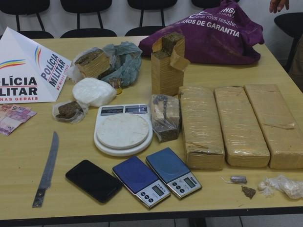 Entre as drogas apreendidas, barras de maconha, crack e cocaína (Foto: Divulgação/Polícia Militar)