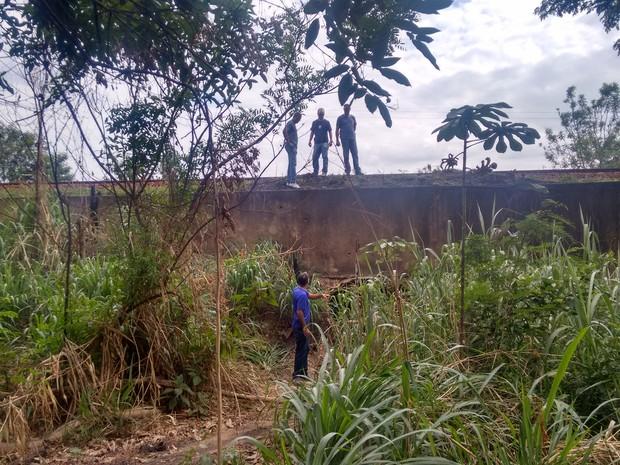 Corpo foi encontrado em córrego próximo da linha férrea (Foto: Zana Ferreira/G1)