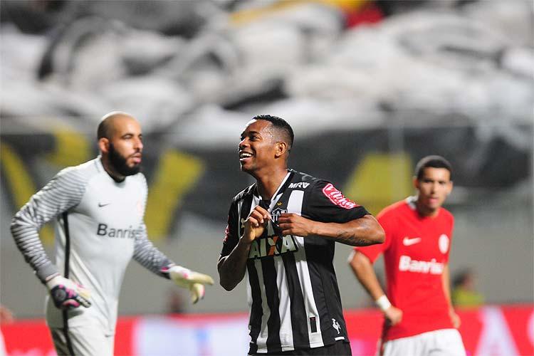 Robinho marcou o primeiro gol do Atlético no empate com o Internacional nesta quarta