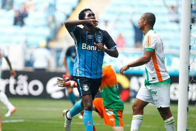 Negueba comemora o segundo gol do Grêmio, na vitória por 3 a 0 sobre o América em Porto Alegre