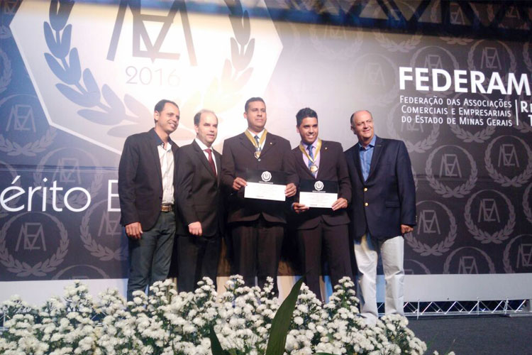 Os representantes da empresa Mate-Cola, Alex Magalhães e Juliano Ferreira, receberam a homenagem das mãos do presidente da Federaminas, Emílio Parolini; do presidente da ACE-TO, Ricardo Bastos; e do gerente-executivo da ACE-TO, Mielly Machado