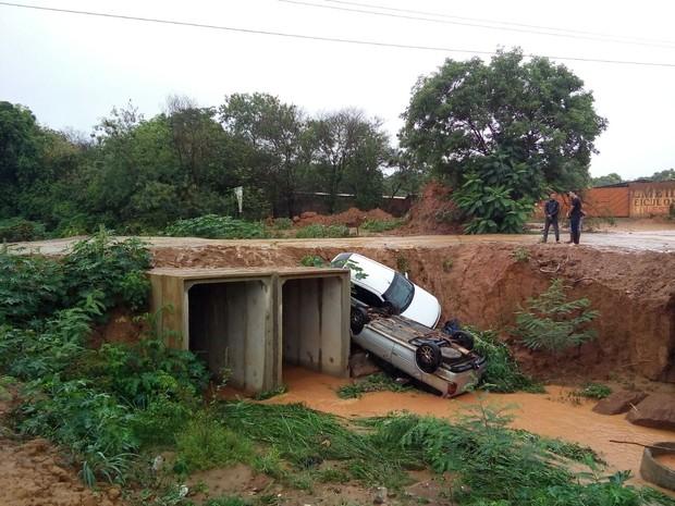 Dois carros caíram em um córrego de Governador Valadares (Foto: Tiago Lopes/Inter TV dos Vales)