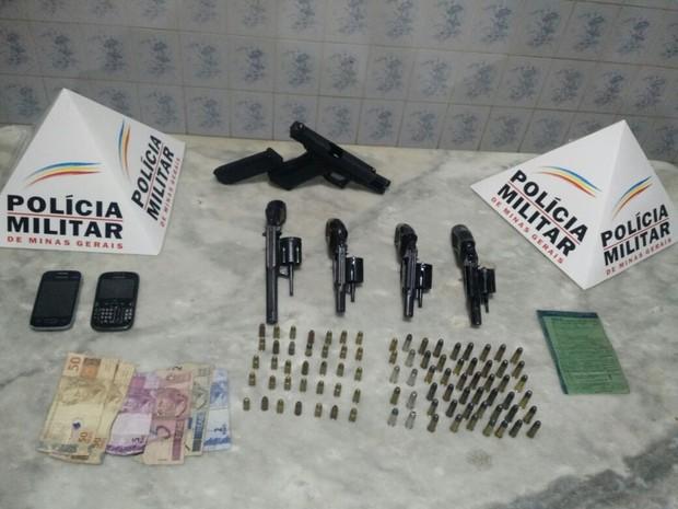Material apreendido em Almenara (Foto: Polícia Militar/Divulgação)