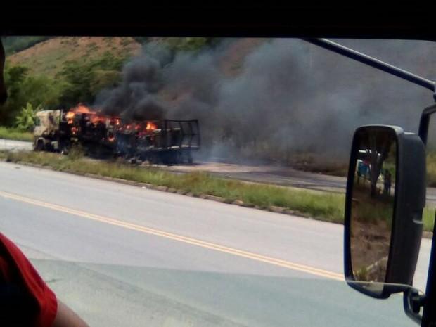 Carreta ficou completamente incendiada (Foto: Corpo de Bombeiros/Divulgação)