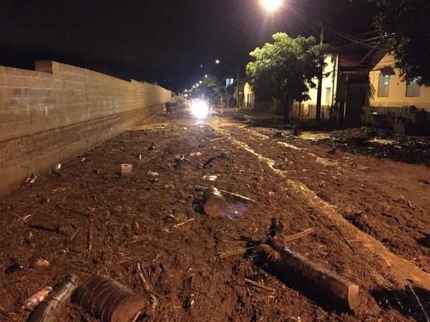 Rua de Aimorés (MG) tomada por água e muito barro, durante as chuvas do fim de semana. (Foto: Jackson Verissimo/Arquivo Pessoal)