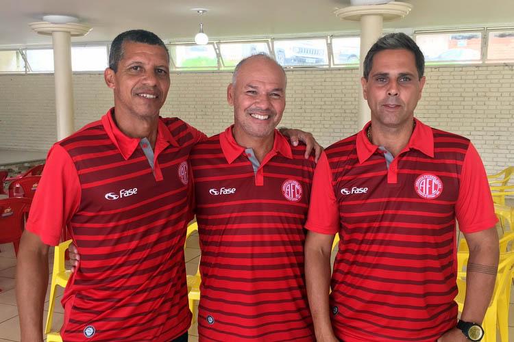 O técnico Marcelo Boarque (centro) com os demais integrantes da equipe técnica: o auxiliar Wagner Durange (esq) e o preparador físico Darcy Machado (dir)