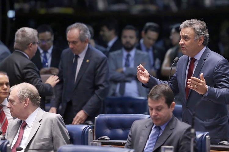No Senado, Aécio Neves vota a favor do projeto de refinanciamento da dívida dos estados, mesmo sendo opositor ao atual governador de Minas, Fernando Pimentel