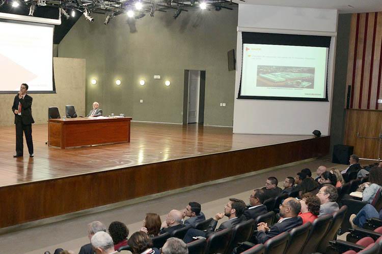 A sessão foi conduzida pelo secretário de Planejamento e Gestão, Helvécio Magalhães (foto: Omar Freire/Imprensa MG)