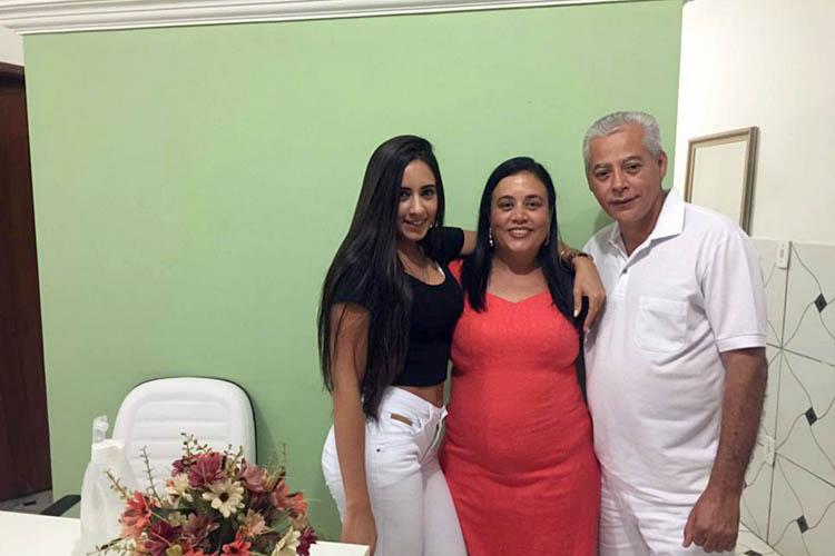 O casal Dr. Gilson e Dra. Carla, ao lado da filha MIlena, inaugurando a unidade Zona Sul do Complexo Odontológico
