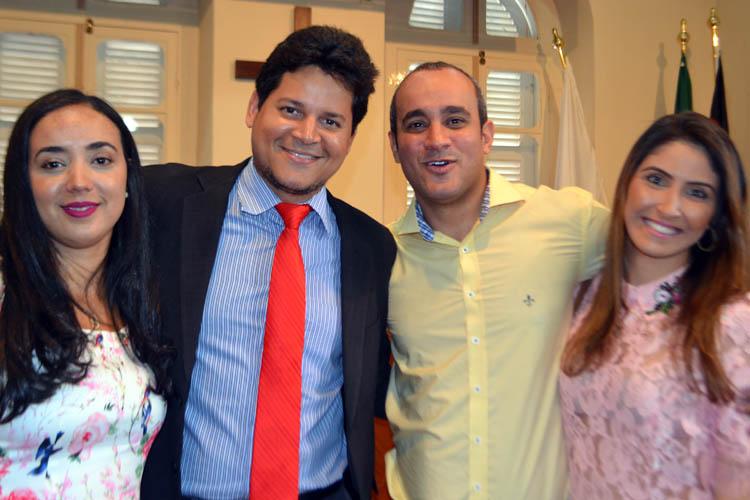 Os prefeitos eleitos e diplomados, Daniel Sucupira (esq), de Teófilo Otoni, e Fábio Rodrigues, o Fabinho, de Novo Oriente de Minas, ao lado das respectivas esposas (Foto: Ronnie Wagner - Paraíba)