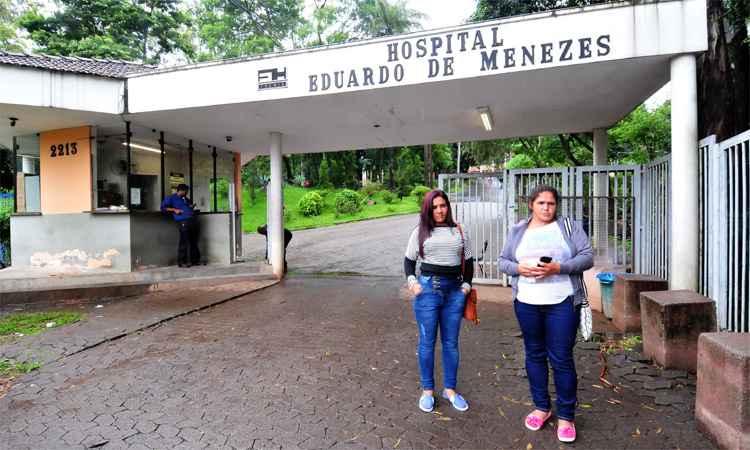 """As irmãs Sônia Rocha e Maria de Lourdes vieram a BH visitar o irmão, que contraiu a doença em Caratinga: """"Estamos apavoradas"""", disse Sônia (foto: Ramon Lisboa/EM/DA Press)"""
