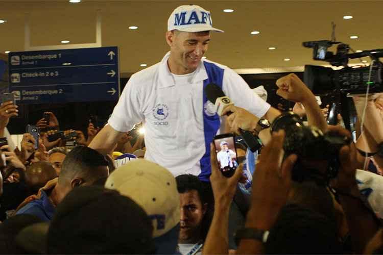 Thiago Neves chegou e foi carregado pelos torcedores do Cruzeiro no Aeroporto de Confins
