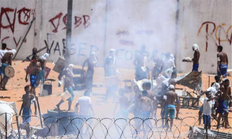 No confronto da manhã desta quinta-feira, muitos tiros disparados por policiais militares e agentes penitenciários eram ouvidos, assim como o barulho de bombas de efeito moral (foto: AFP / Andressa Anholete )