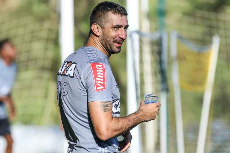 Lucas Pratto disputa titularidade no comando do ataque do Atlético com Fred e Rafael Moura