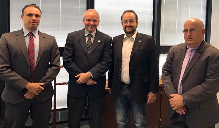 A partir da esquerda: o superintendente geral da Polícial Civil/MG, Luiz Flávio Cortat; o delegado geral da PC, João Octacílio; o deputado estadual Gustavo Santana (PR), e o sub-chefe da Polícia Civil, Raimundo Donato