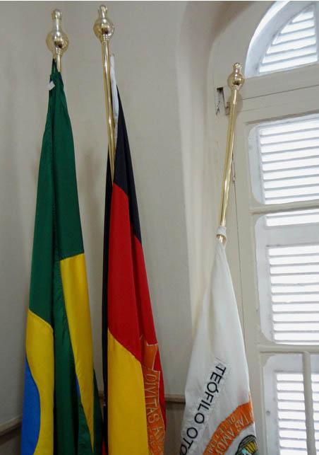 O presidente da Câmara Municipal, vereador Fábio Lemes, determinou que a bandeira  do Município (na foto a bandeira a meio mastro é a do Poder Legislativo Municipal) – que se encontra no Plenário da Casa Legislativa,  ficará a meio mastro enquanto perdurar o quadro dessa doença em Teófilo Otoni (foto: Aníbal Gonçalves)
