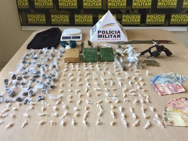 Material apreendido na casa de adolescente suspeito de tráfico em Ipatinga (Foto: Polícia Militar/Divulgação)
