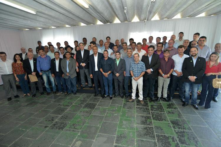 O governador posa ao lado de prefeitos e outras autoridades presentes ao encontro (foto: Carlos Alberto | Imprensa MG)