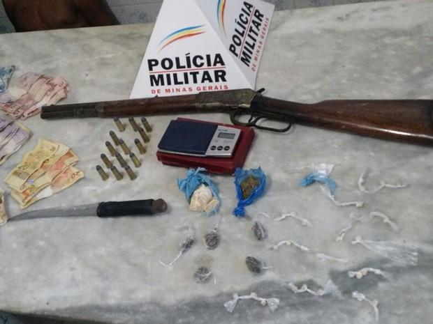 Carabina e drogas apreendidas com casal em Almenara (MG) (Foto: Polícia Militar/Divulgação)