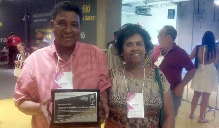 Domingos e Marleide, pais de Betão, recebem placa em homenagem ao filho falecido em 2015 (foto: Federação Mineira de Futebol)