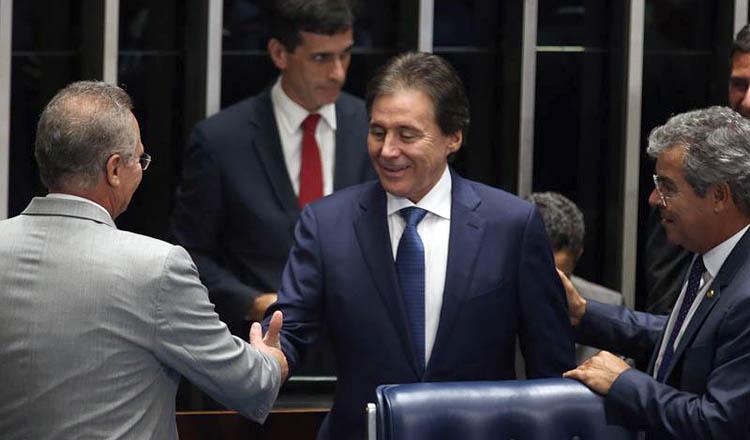 O novo presidente eleito do Senado e do Congresso Nacional, Eunício de Oliveira (PMDB), sendo cumprimentado pelo ex-presidente Renan Calheiros