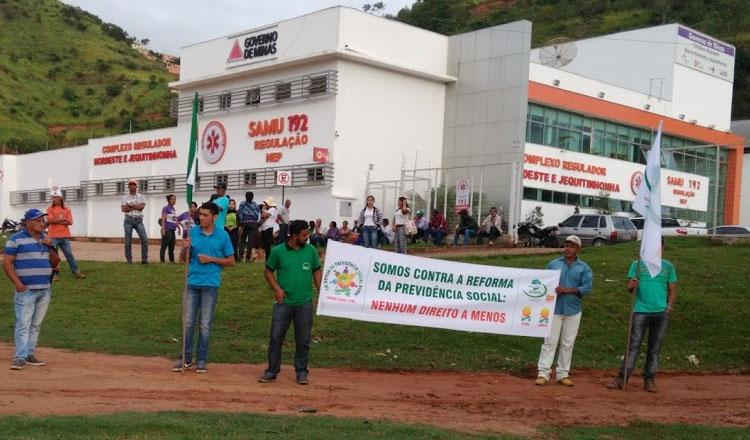 Desde o início da manhã desta quarta-feira (15/02) os manifestantes que participarão do protesto já começavam a chegar ao SAMU de Teófilo Otoni, marco zero da manifestação (foto: SANTHAR/minasreporter.com)