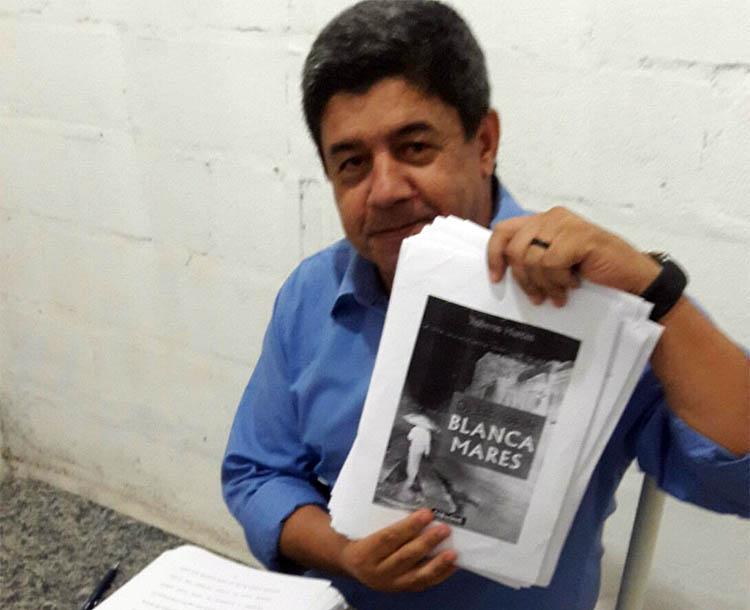 """O autor Roberto Marcos exibe, orgulhoso, os originais do seu novo livro: """"Os Escritos de Blanca Mares"""" (foto: Divulgação)"""