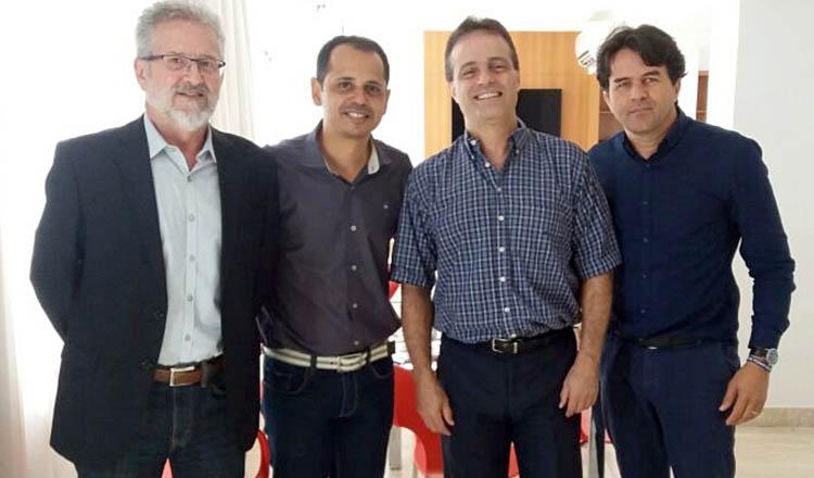 Da direita para a esquerda: o superintendente executivo do SESCON-MG, Wellington Giraldi Costa; o gerente executivo da ACE de Teófilo Otoni, Mielly Maya Machado; o presidente do SESCON-MG, Sauro Henrique de Almeida, e o consultor e ex-presidente da Federaminas, Wander Luis Silva (foto: Divulgação)