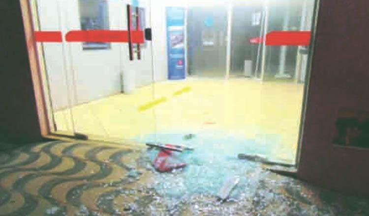 Agência bancária completamente destruída por bandidos em Padre Paraíso (foto: Diário Tribuna | Reprodução)