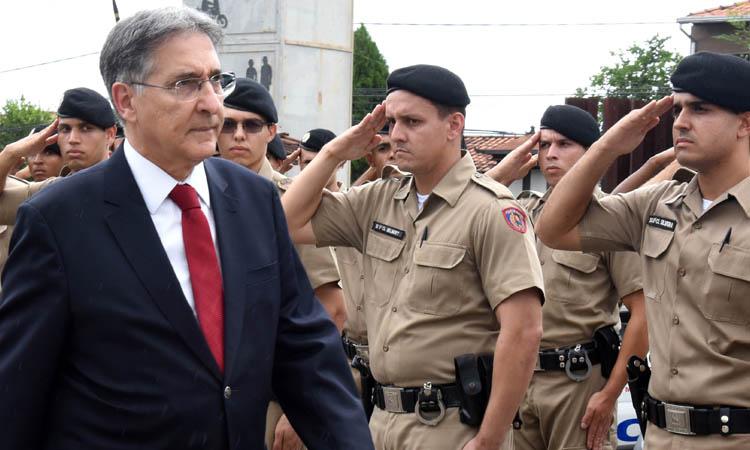 O governandor Fernando Pimentel em revista à tropa da PM no Vale do Aço, onde entregou 40 novas viaturas (foto: Veronica Manevy/Imprensa MG)